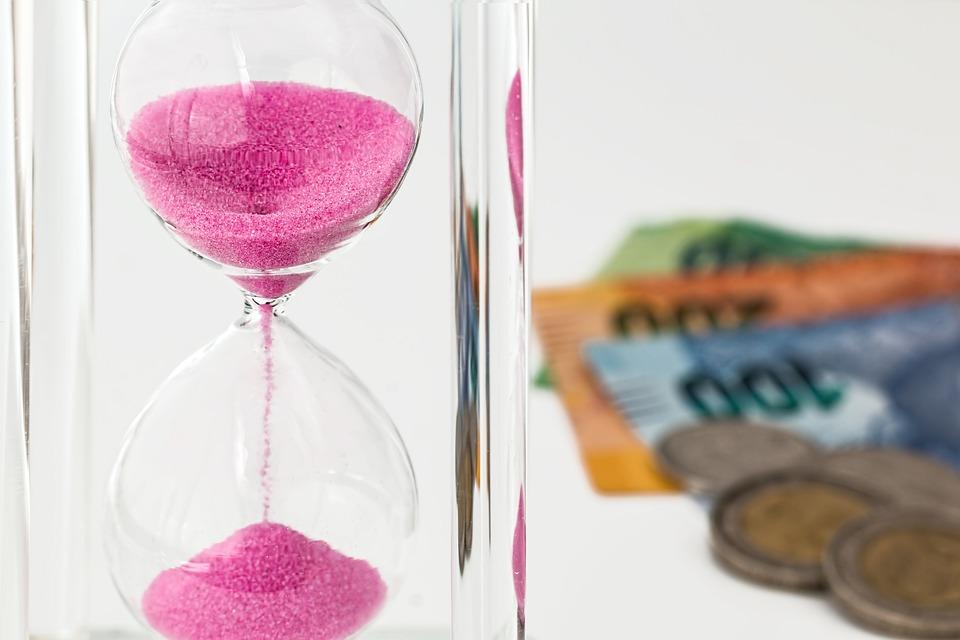 Cuándo deberías dejar de ahorrar y empezar a invertir - FIO